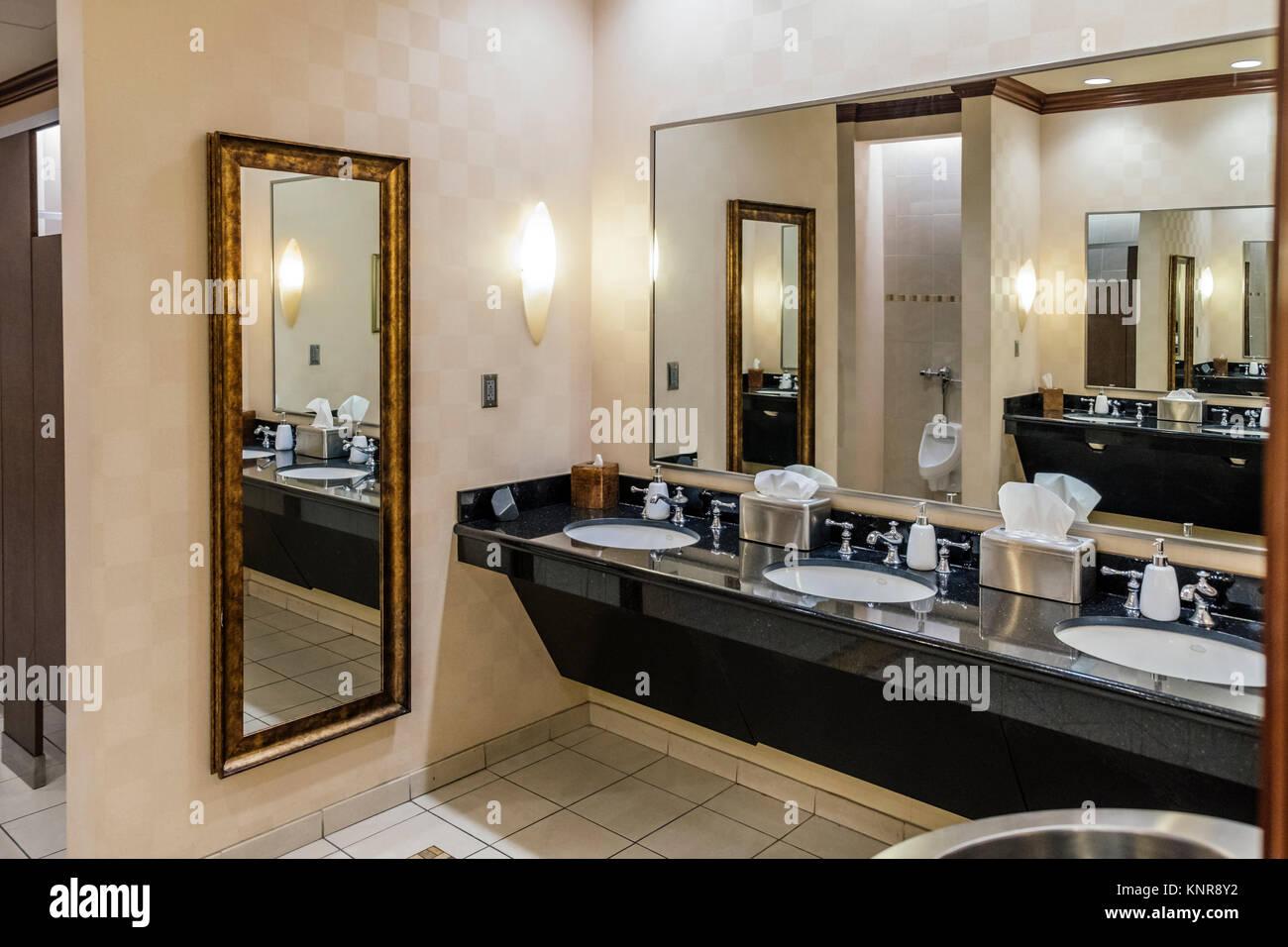 Salle De Bain Luxe Hotel ~ int rieur de la salle de bains des hommes ou des toilettes dans un