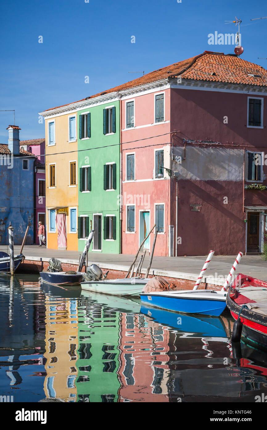 Les bâtiments colorés, de canaux et de bateaux dans le village vénitien de Burano, Venise, Italie, Photo Stock
