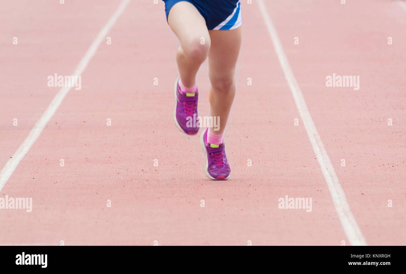 Jambes au cours d'une compétition de sport de course. Photo Stock