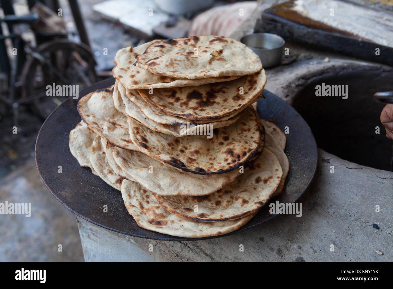 Une pile de tandori rotis (pain frais) à un hôtel à Varanasi, Inde Photo Stock