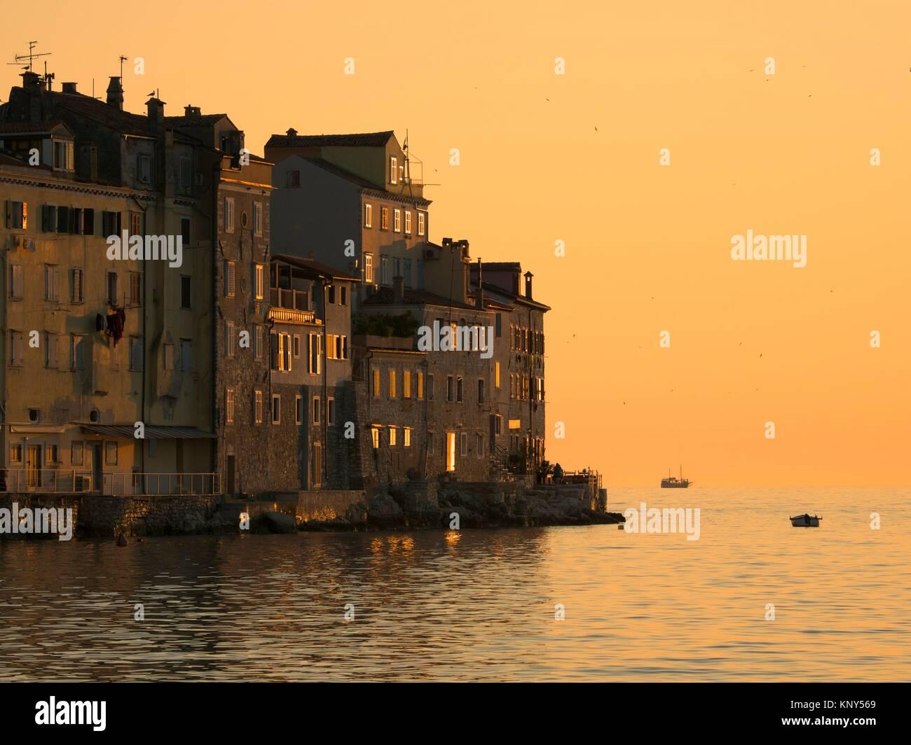 Rovinj Croatie Mer au coucher du soleil. Photo Stock