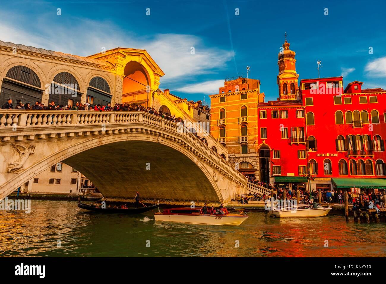 Les gondoles, le Pont du Rialto, le Grand Canal, Venise, Italie. Photo Stock