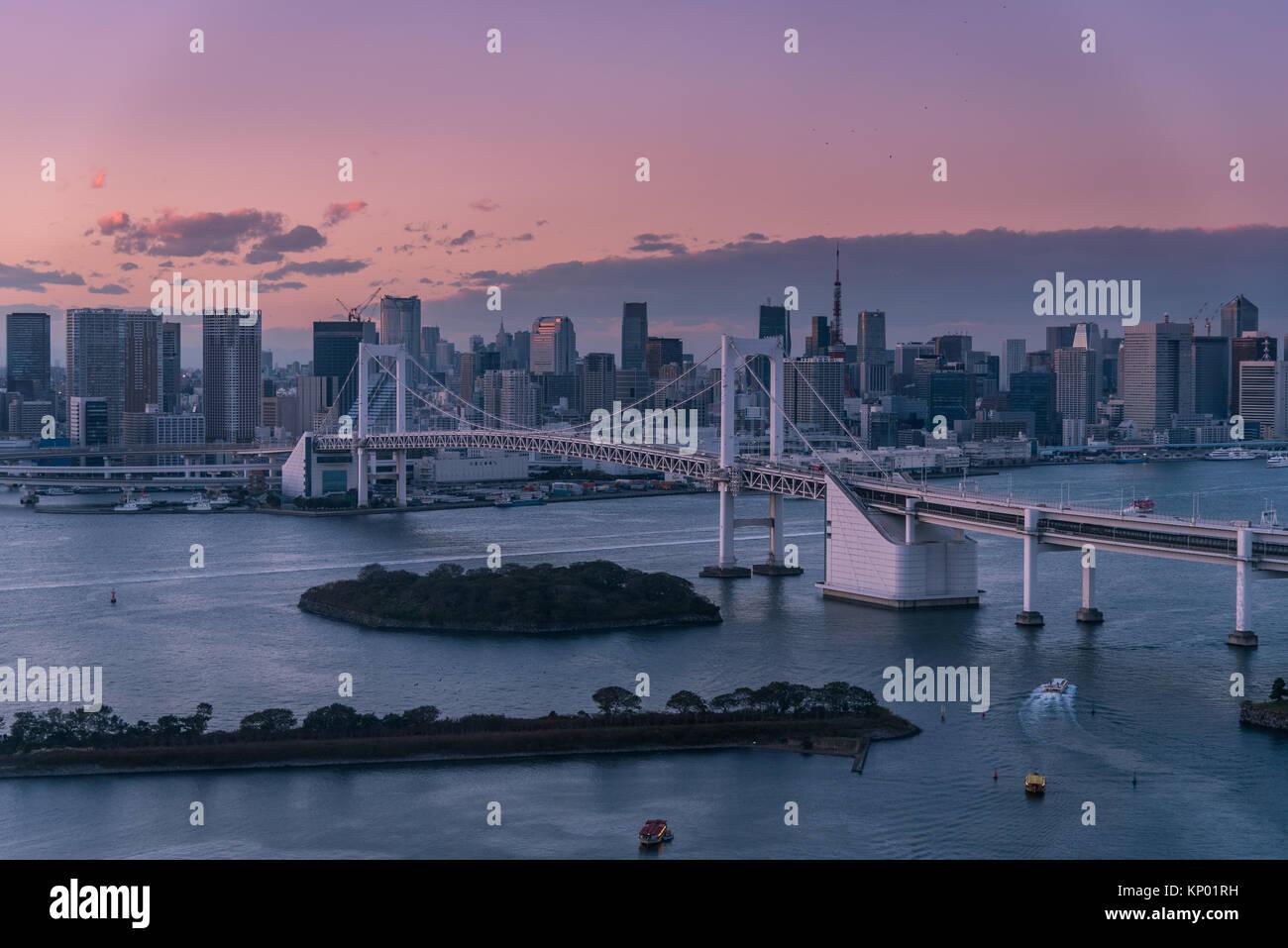 Pont en arc-en-ciel et vue sur la ville de Tokyo avant le soir. Photo Stock