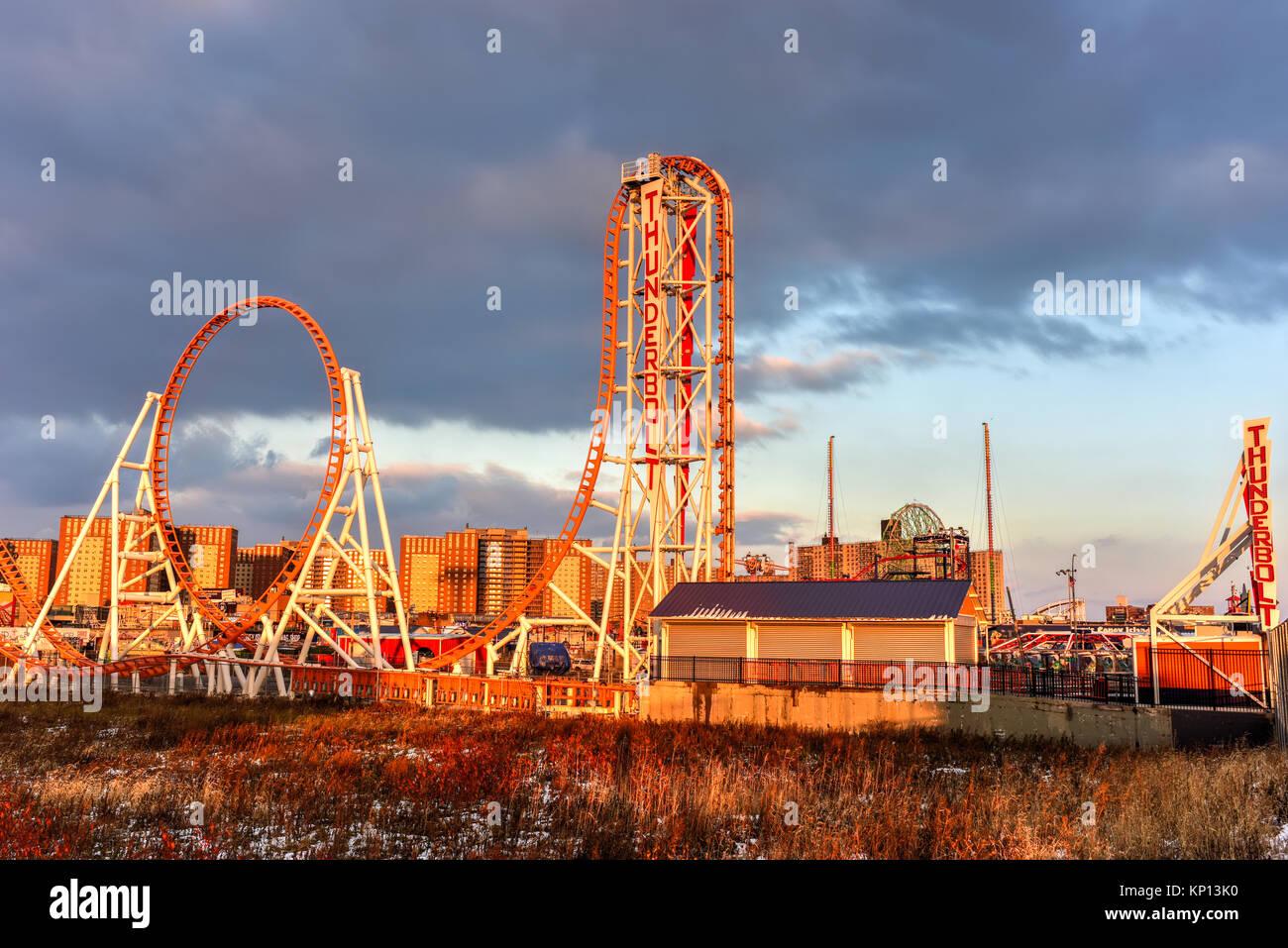 Brooklyn, New York - Dec 10, 2017: Rollercoaster Thunderbolt dans Coney Island, Brooklyn, New York City au Photo Stock