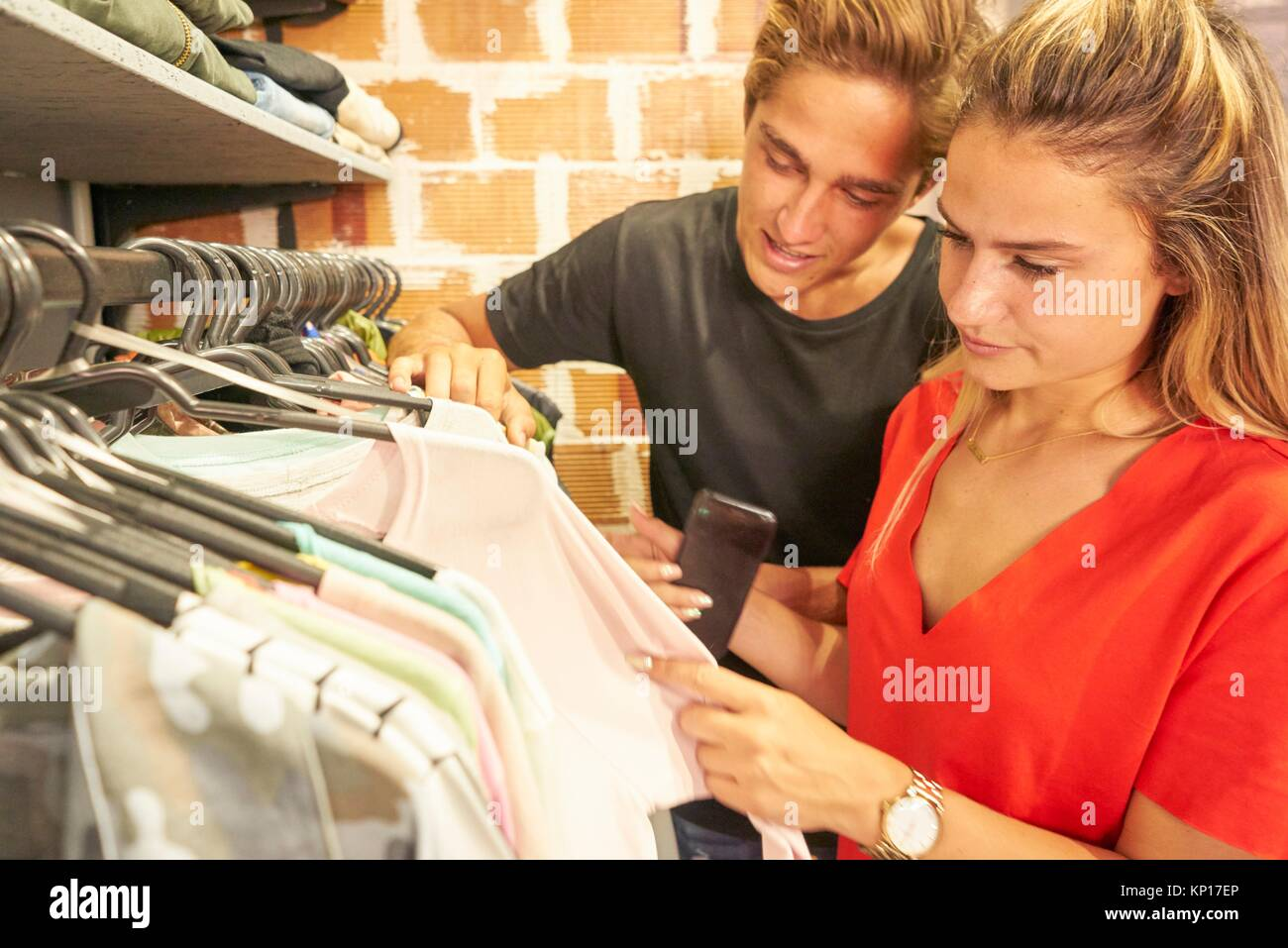 Jeune couple néerlandais shopping ensemble vêtements dans une boutique de vêtements Photo Stock