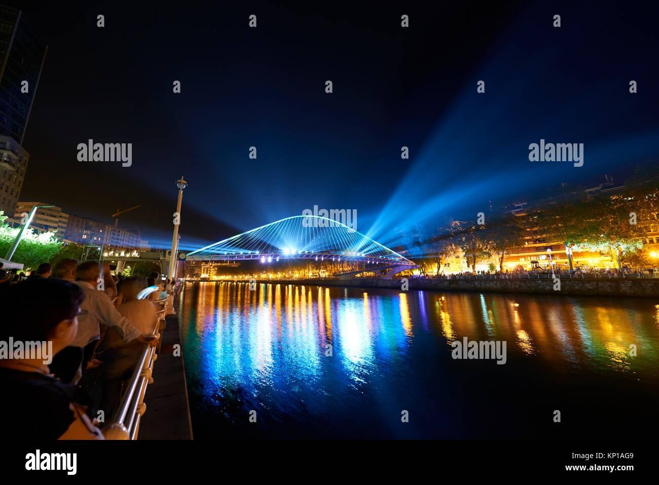 Pont Zubizuri dans la nuit avec un éclairage spectaculaire, Bilbao, Pays Basque, Pays Basque, Espagne, Europe Photo Stock