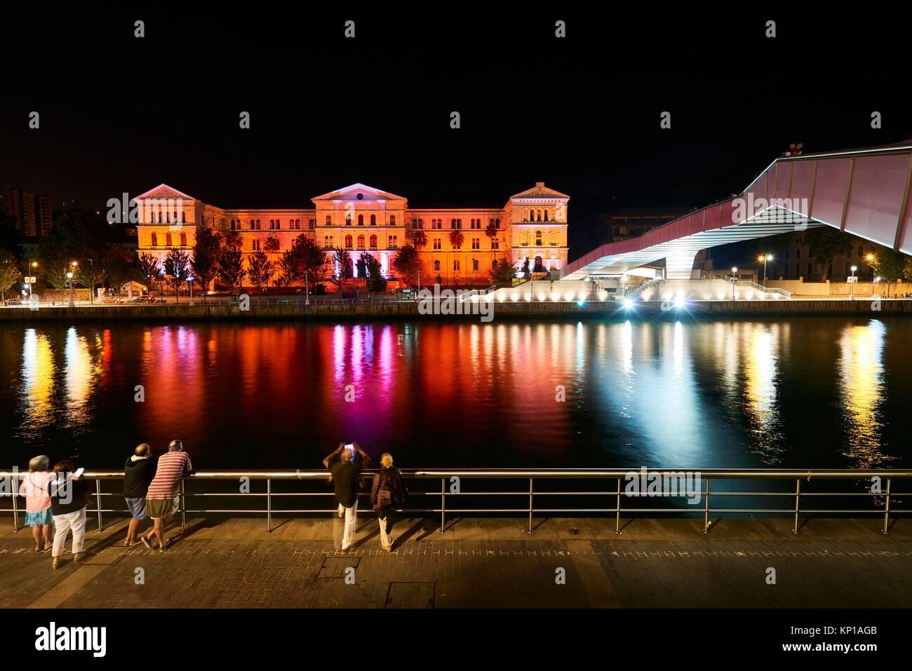 L'Université de Deusto dans la nuit avec un éclairage spectaculaire, Bilbao, Biscaye, Pays Basque, Photo Stock