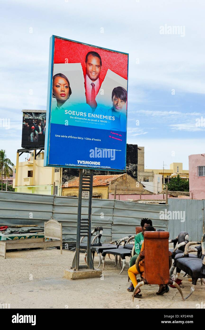 Chaises d'artisanat à vendre dans le cadre d'un panneau publicitaire sur la Corniche ouest, Dakar, Photo Stock