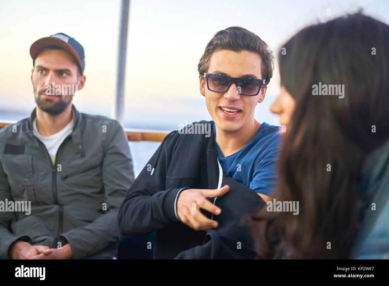 Les jeunes gens au cours d'une conversation internationale Photo Stock