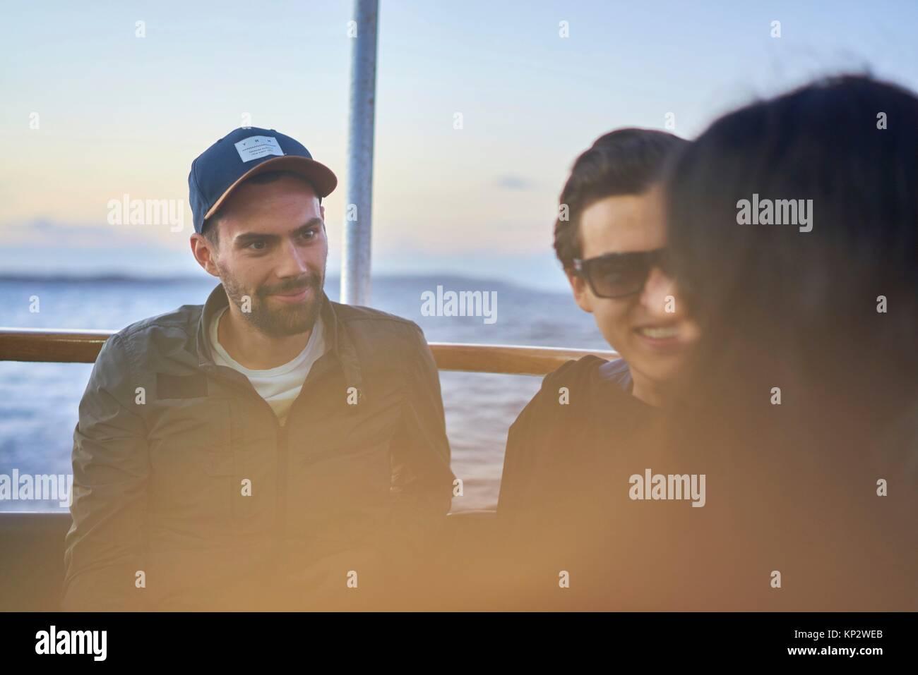 Les jeunes hommes attentifs à écouter histoire d'une femme Photo Stock