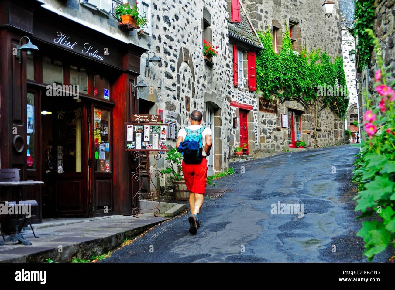 Rue étroite, Salers, Cantal, Auvergne, France. Banque D'Images