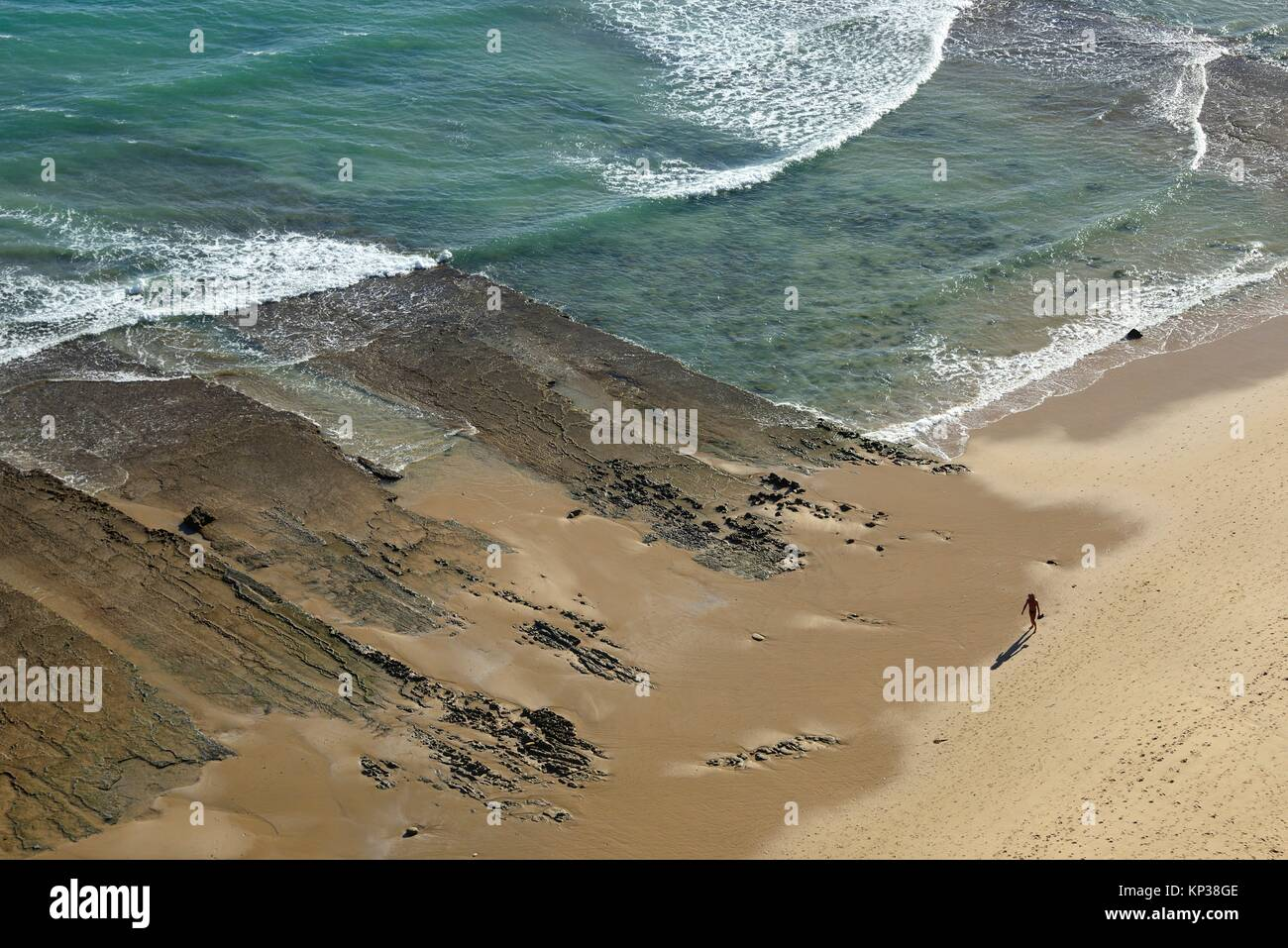 Balade sur la plage de Porto de Mos, à Lagos, Algarve, Portugal, Europe Banque D'Images