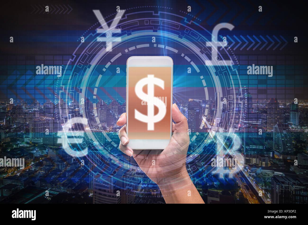 Holding smart phone montrant la technologie financière ou sur le classement FinTech Innovation, technologie virtual screen sur cityscape background, le dollar américain et l'o Banque D'Images