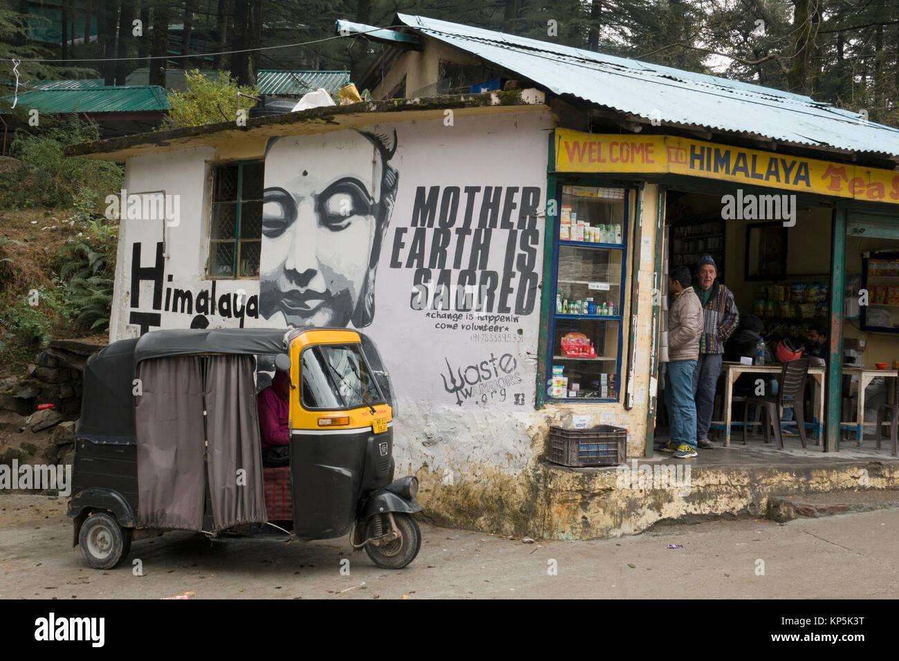 Auto rickshaw stationné à l'extérieur de magasin de thé de l'Himalaya en Inde, Dharamkot Photo Stock