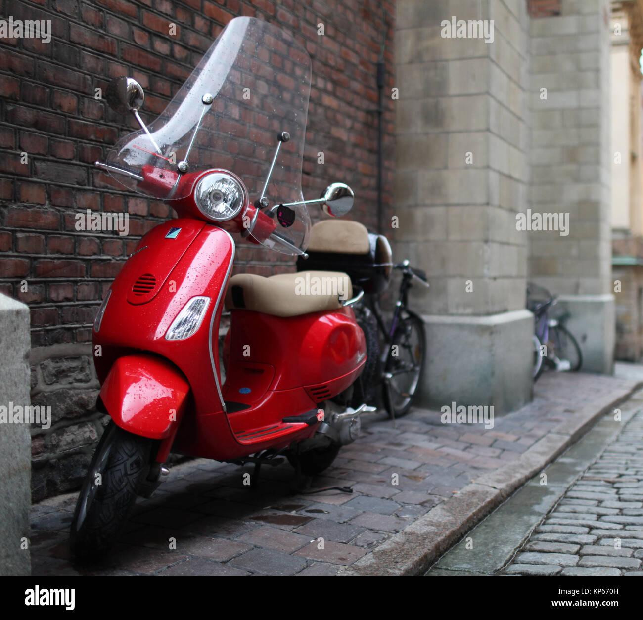 L'un rouge un scooter Vespa vintage Banque D'Images