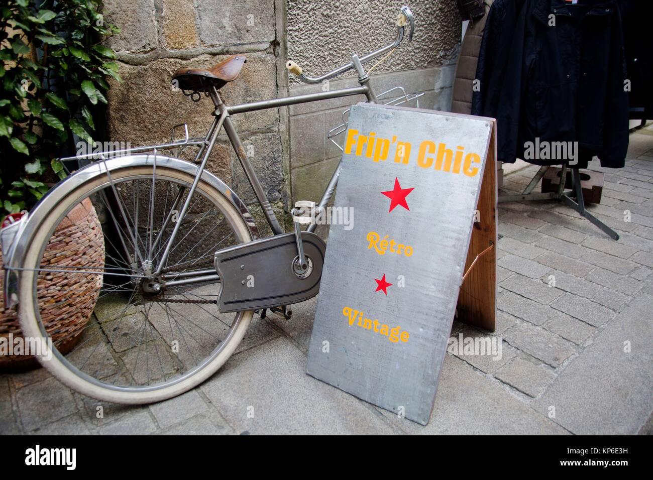 Retro Vintage signe et location alignés contre un mur de pierre Banque D'Images