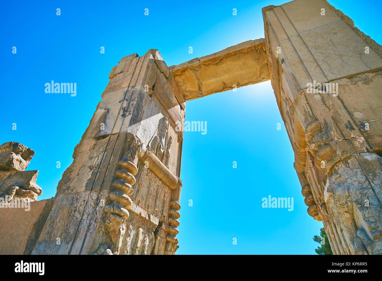 Promenade à travers la grande porte de centaines de colonnes dans l'ancien Hall Persepolis, Iran. Banque D'Images