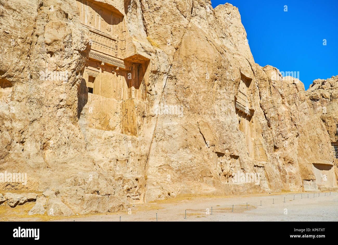 La roche massive avec mausolées sculptés dans la nécropole de Naqsh-e Rustam, Iran. Photo Stock