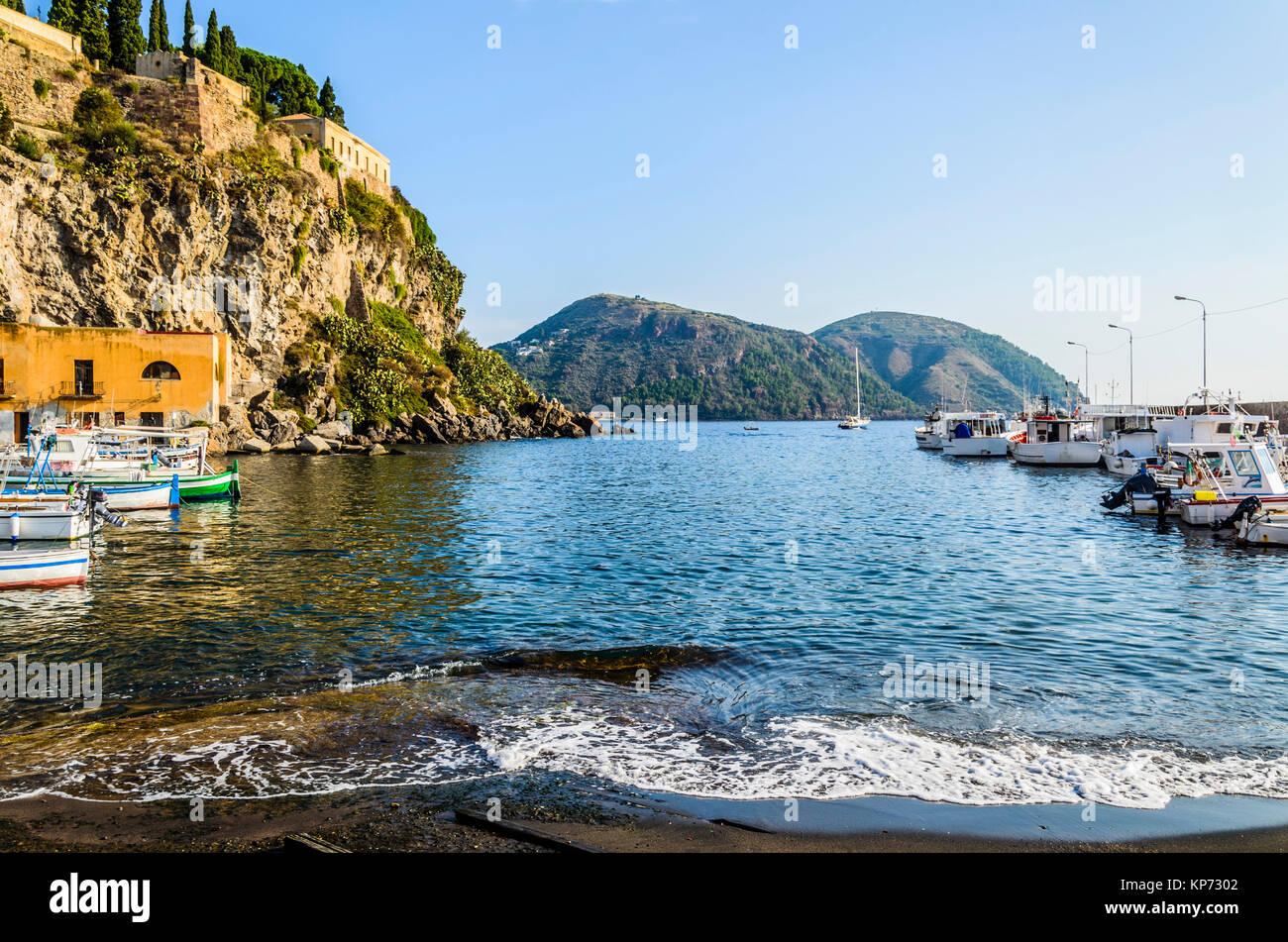 Côte et l'amarrage des bateaux de pêche et promenade sur la mer Tyrrhénienne, sur l'île éolienne de Lipari Banque D'Images