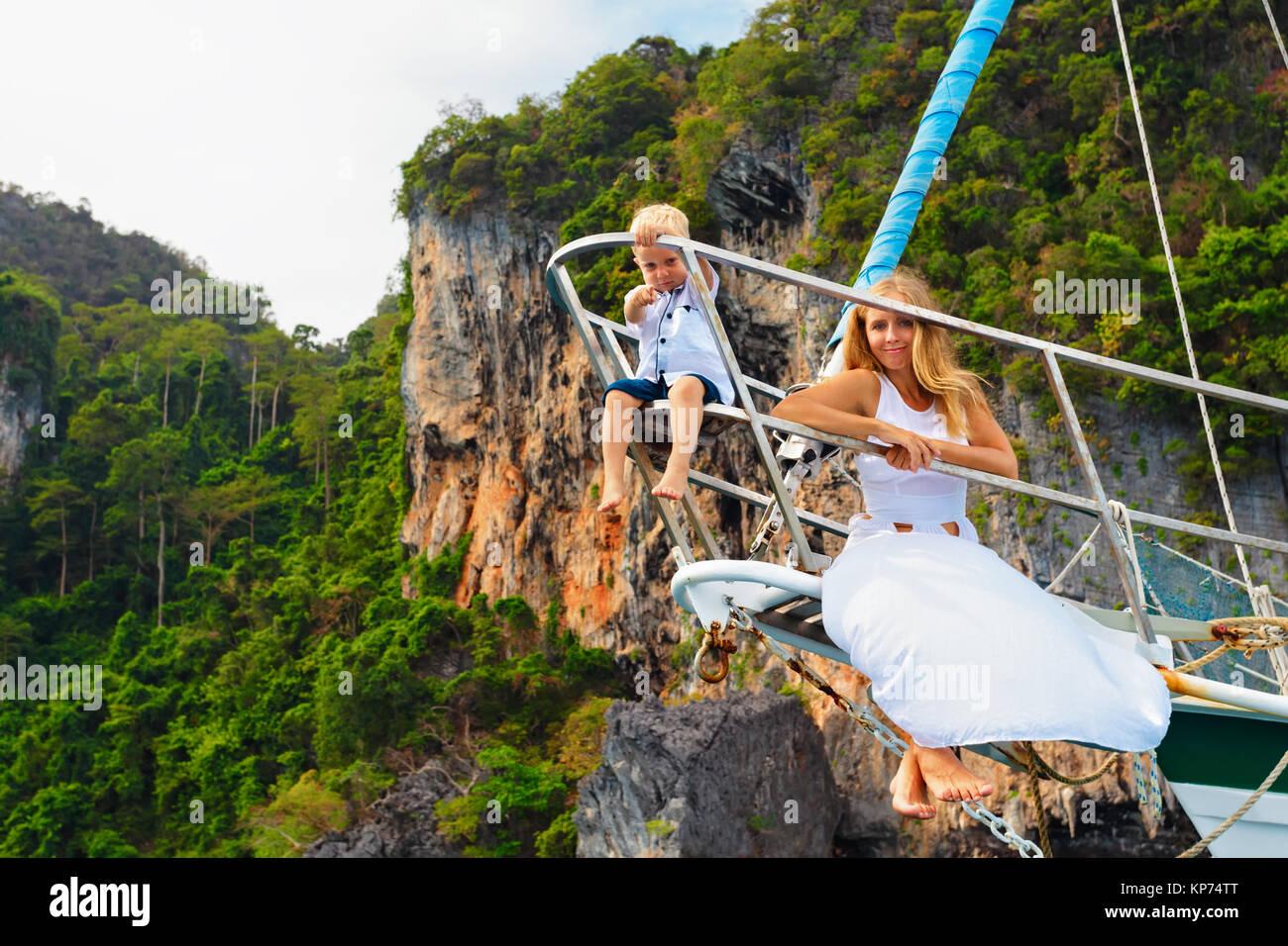 Famille heureuse à bord. Jeune mère, petit bébé garçon à bord du yacht. Enfant ont Photo Stock
