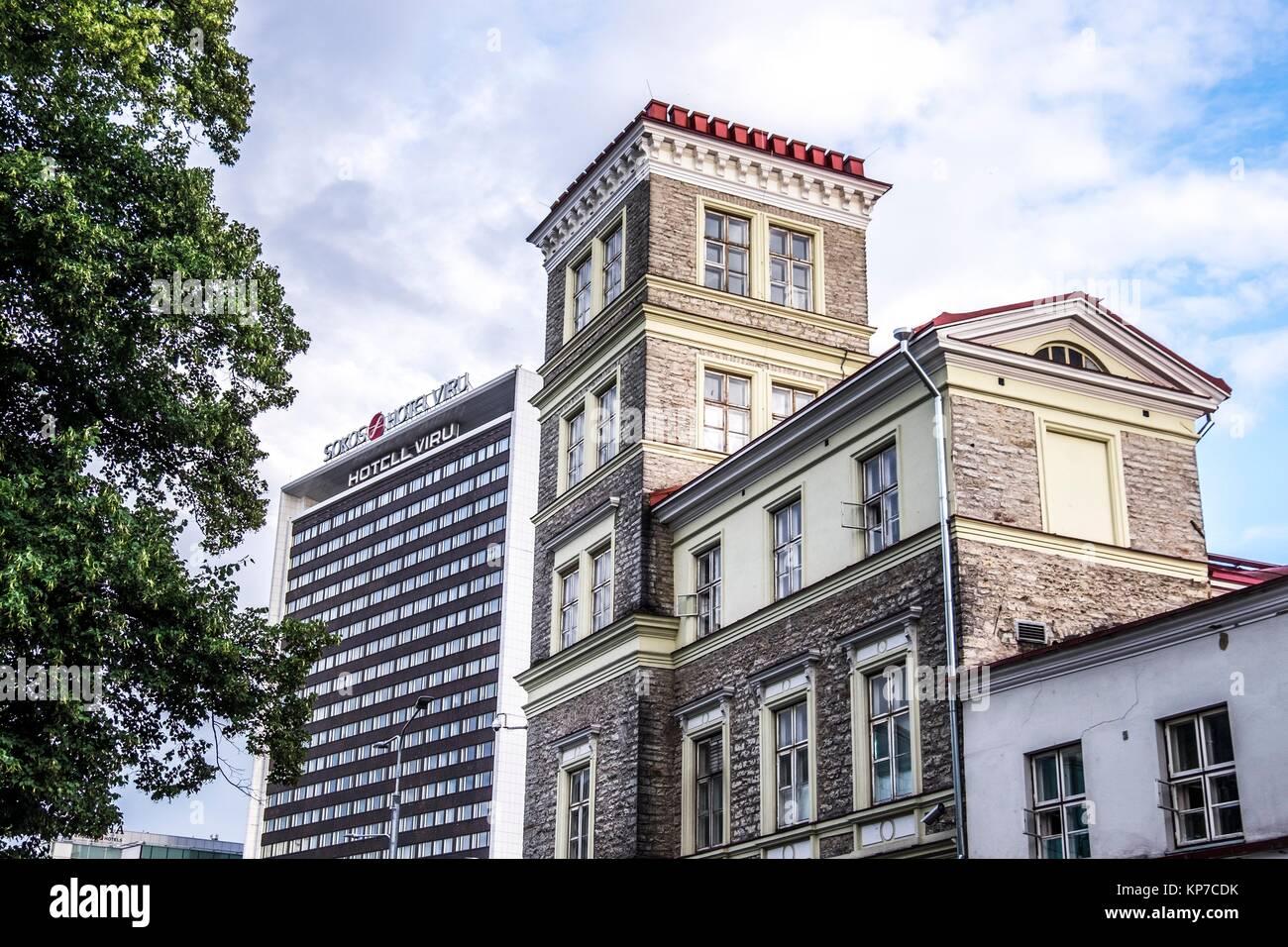 Le contraste de l'architecture moderne et de vieux bâtiments inTallinn, Estonie, Europe. Banque D'Images