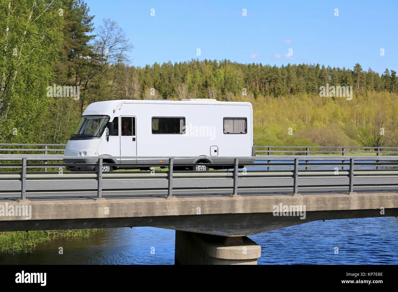 White camping voyageant le long de la route panoramique sur un pont au-dessus de l'eau à l'été. Banque D'Images
