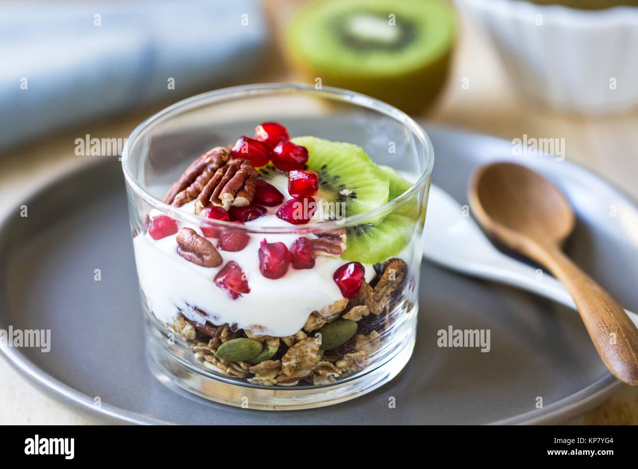 Le muesli avec du yaourt grec, kiwi et Grenade Banque D'Images