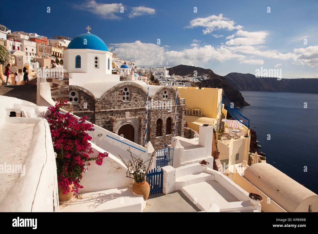 Vue de l'églises aux dômes bleus dans le village d'Oia par la falaise, Santorini, Cyclades, îles Photo Stock
