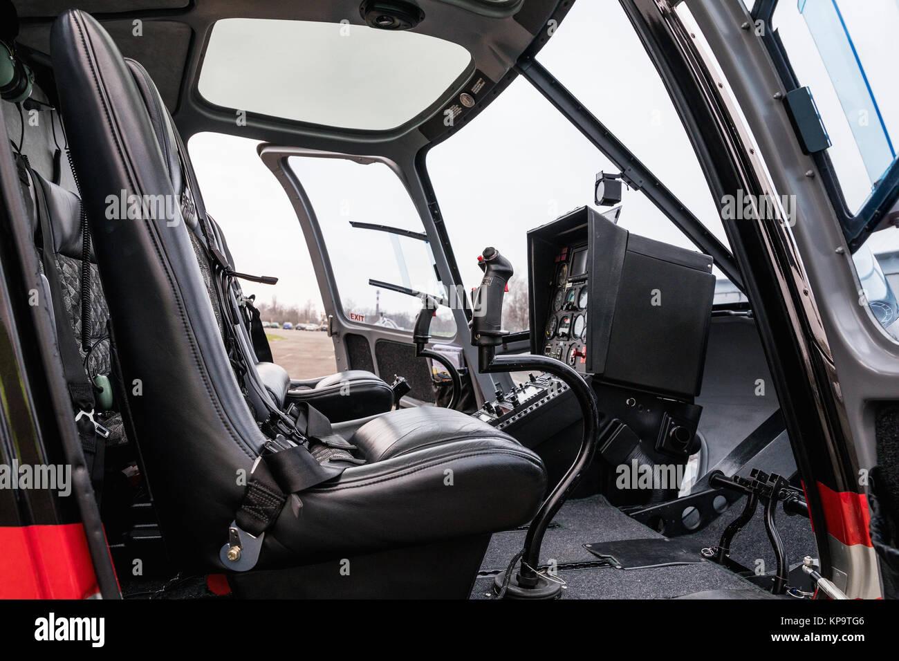 lintrieur de la cabine de lhlicoptre vue latrale du sige et la planche de bord heli sur le terrain