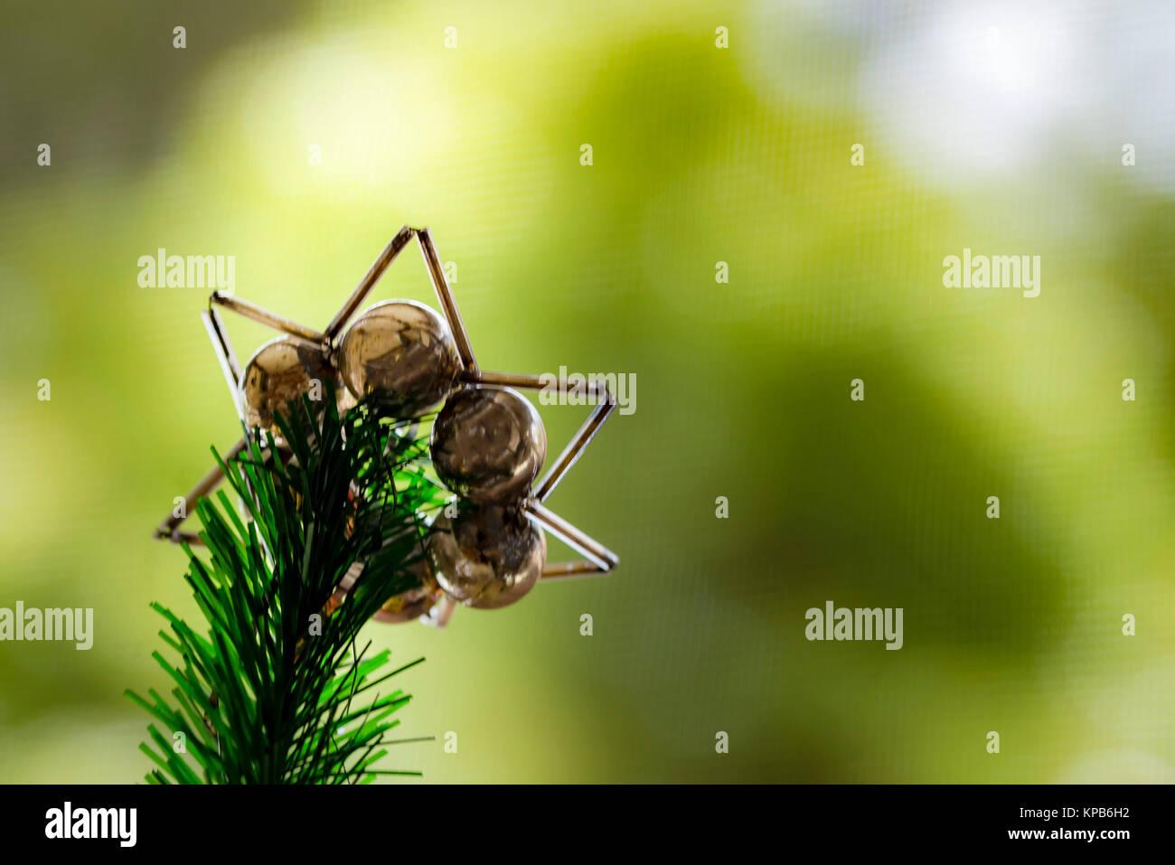 Décoration d'arbre de Noël sur la branche, selective focus, macro. Des pointes de vert et de pommes d'ornement festif, arrière-plan flou. Banque D'Images