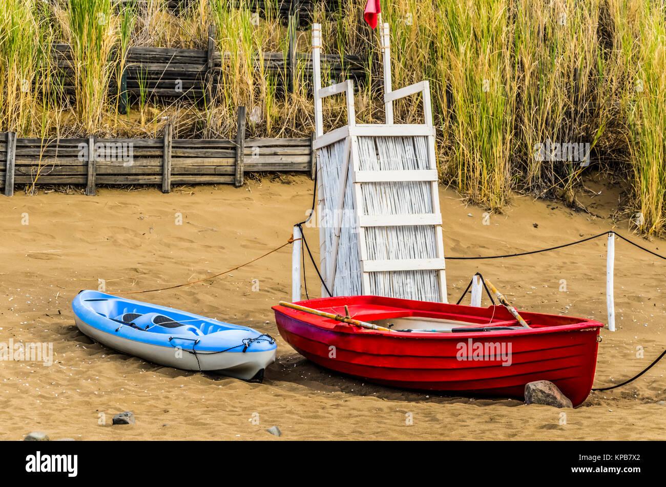 Plage de l'île de Panarea 2 bateaux à côté d'une chaise de sauveteur clôture en bois et la végétation Banque D'Images