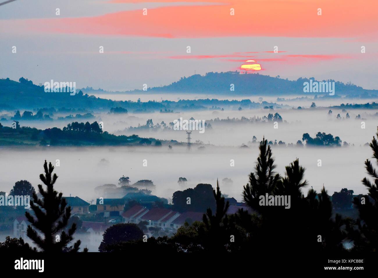 Lever de soleil au-dessus de valles misty l'ouest de l'Ouganda. Photo Stock