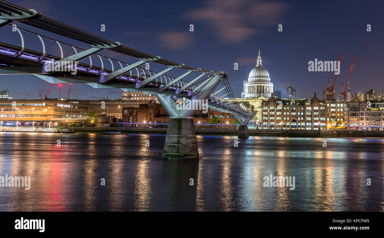 Millenium Bridge et la Cathédrale St Paul par nuit, Londres, Angleterre, Grande-Bretagne Photo Stock