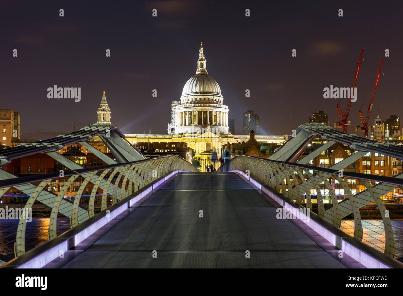 Millenium Bridge et la Cathédrale St Paul par nuit, Londres, Angleterre, Grande-Bretagne Photo Stock