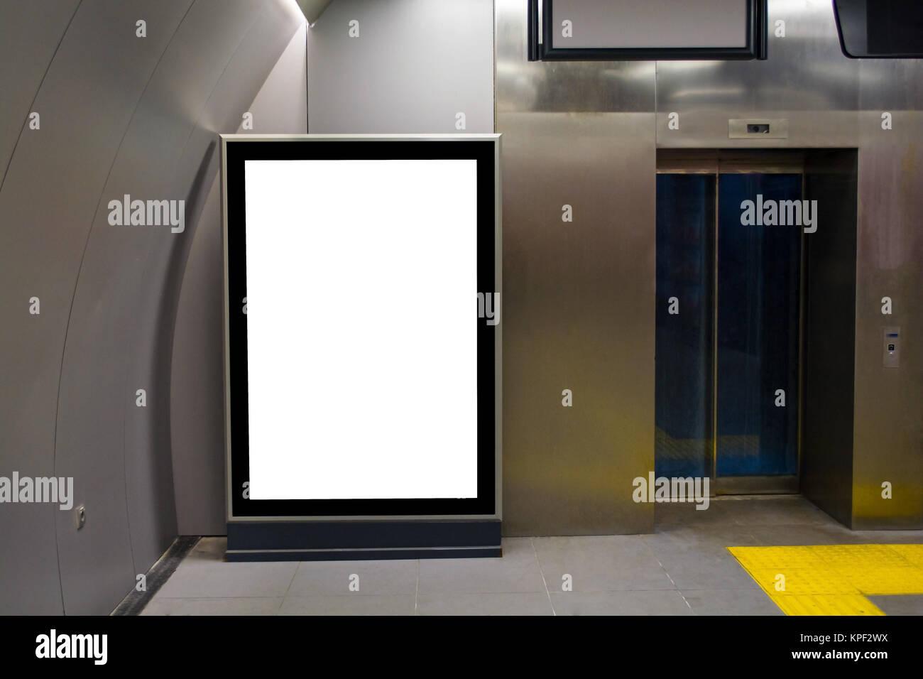 Panneau vertical blanc ou de l'affiche dans l'ascenseur du hall Photo Stock