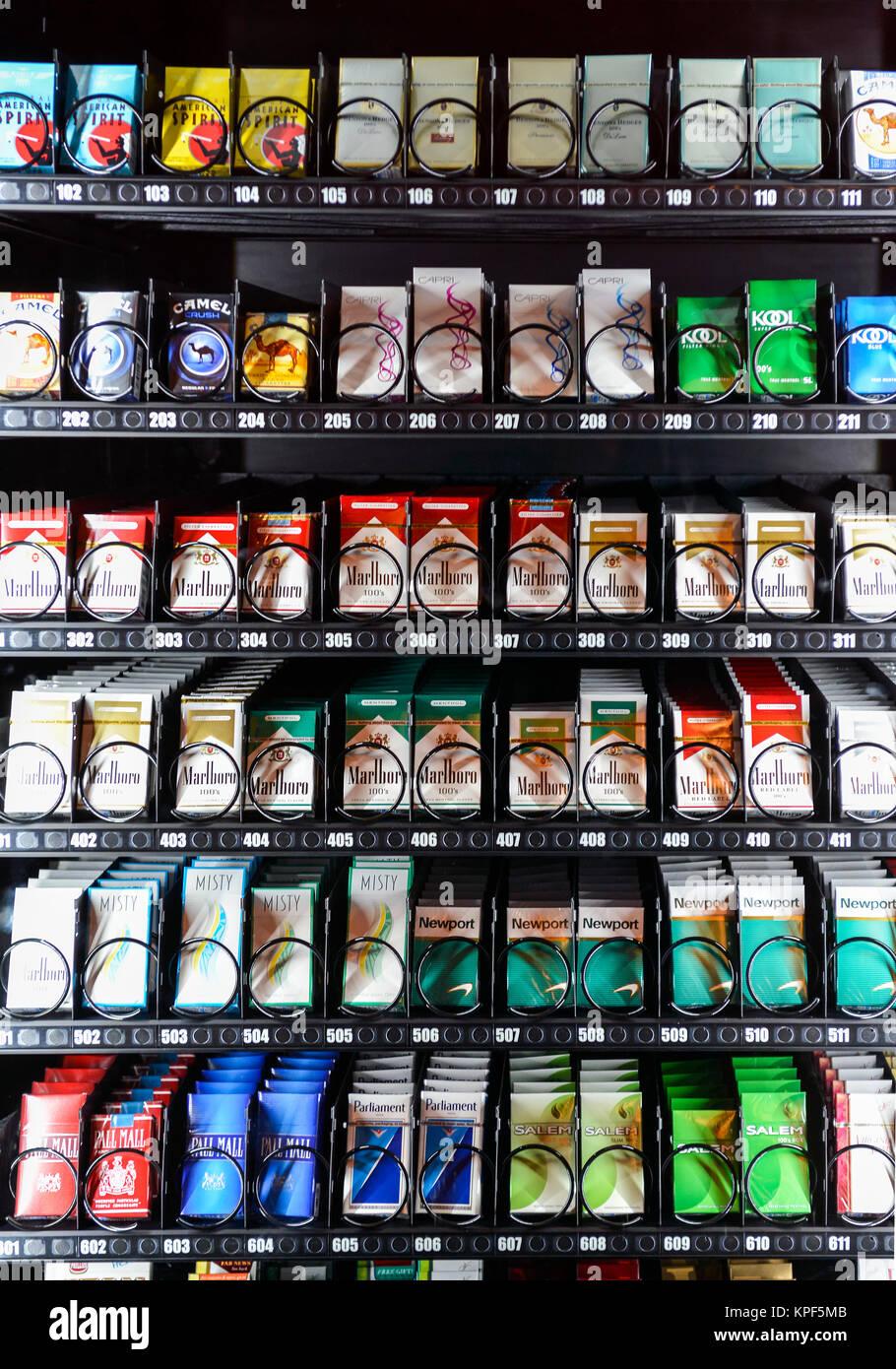 Une machine à Cigarette moderne avec diverses brnads de cigarettes sur l'affichage pour la vente Banque D'Images