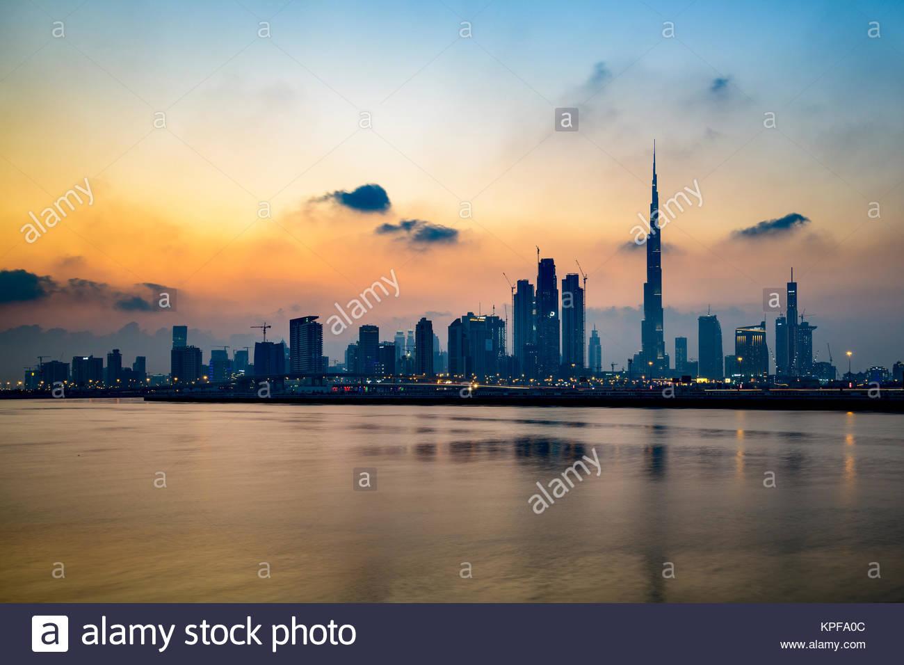Silhouette de Dubaï pendant un coucher de soleil sur la ville, vue depuis le canal de l'eau, Ras Al Khor. Photo Stock