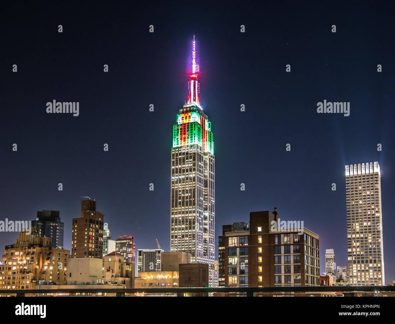 NEW YORK, USA - 5 janvier 2015: l'Empire State Building vu à travers le pont de Manhattan dans l'après Photo Stock