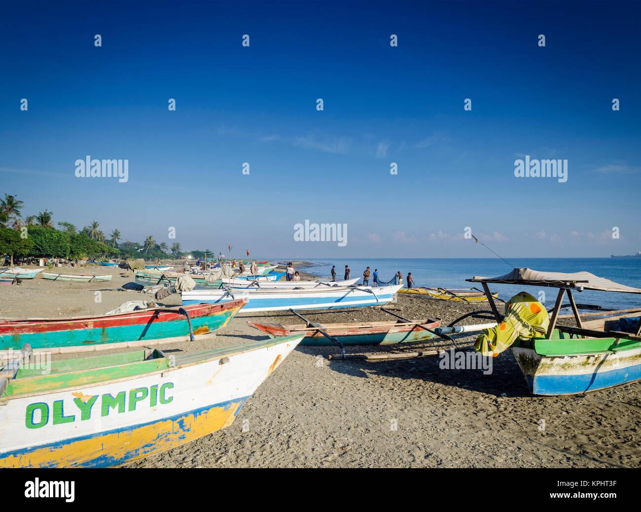 Avec les bateaux de pêche traditionnels de la côte sur la plage de Dili au Timor Leste Banque D'Images