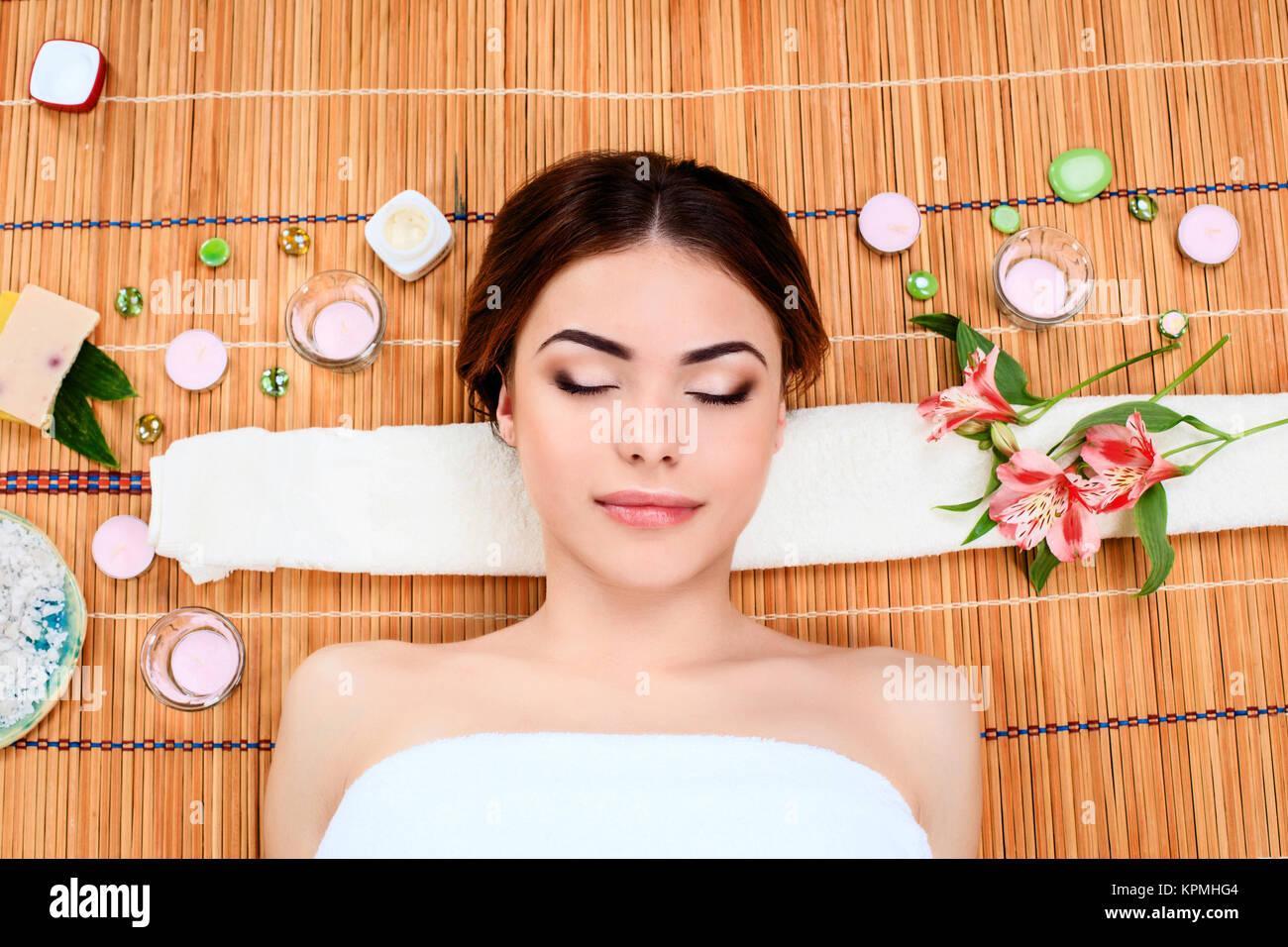 Belle jeune femme dans un spa de beauté Photo Stock