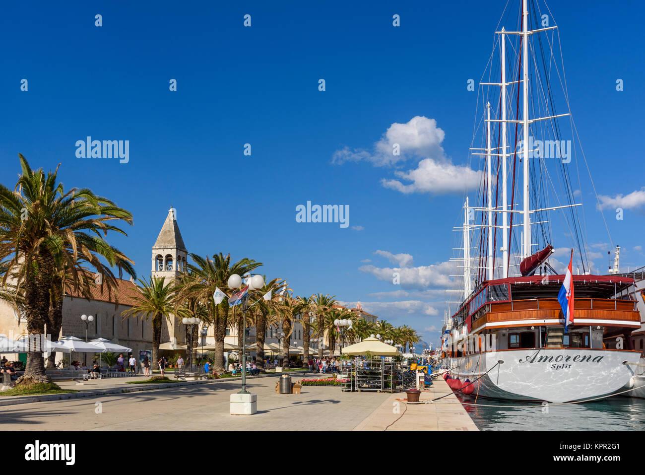 Les navires de croisière le long de la promenade du front de mer, la vieille ville de Trogir, Croatie Photo Stock