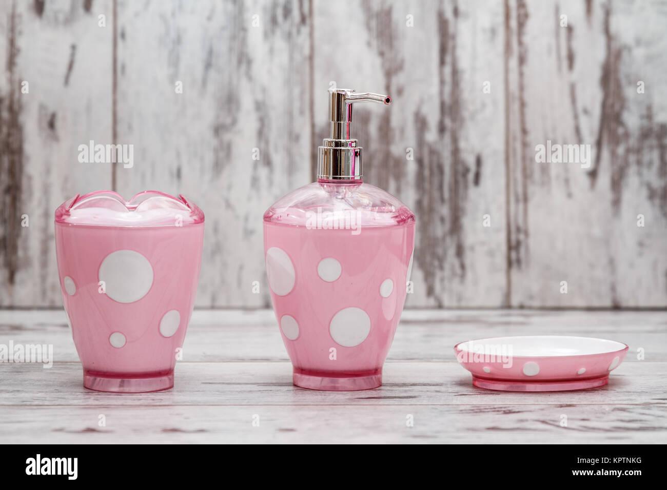 Ensemble d\'accessoires de salle de bains rose mignon blanc sur fond ...