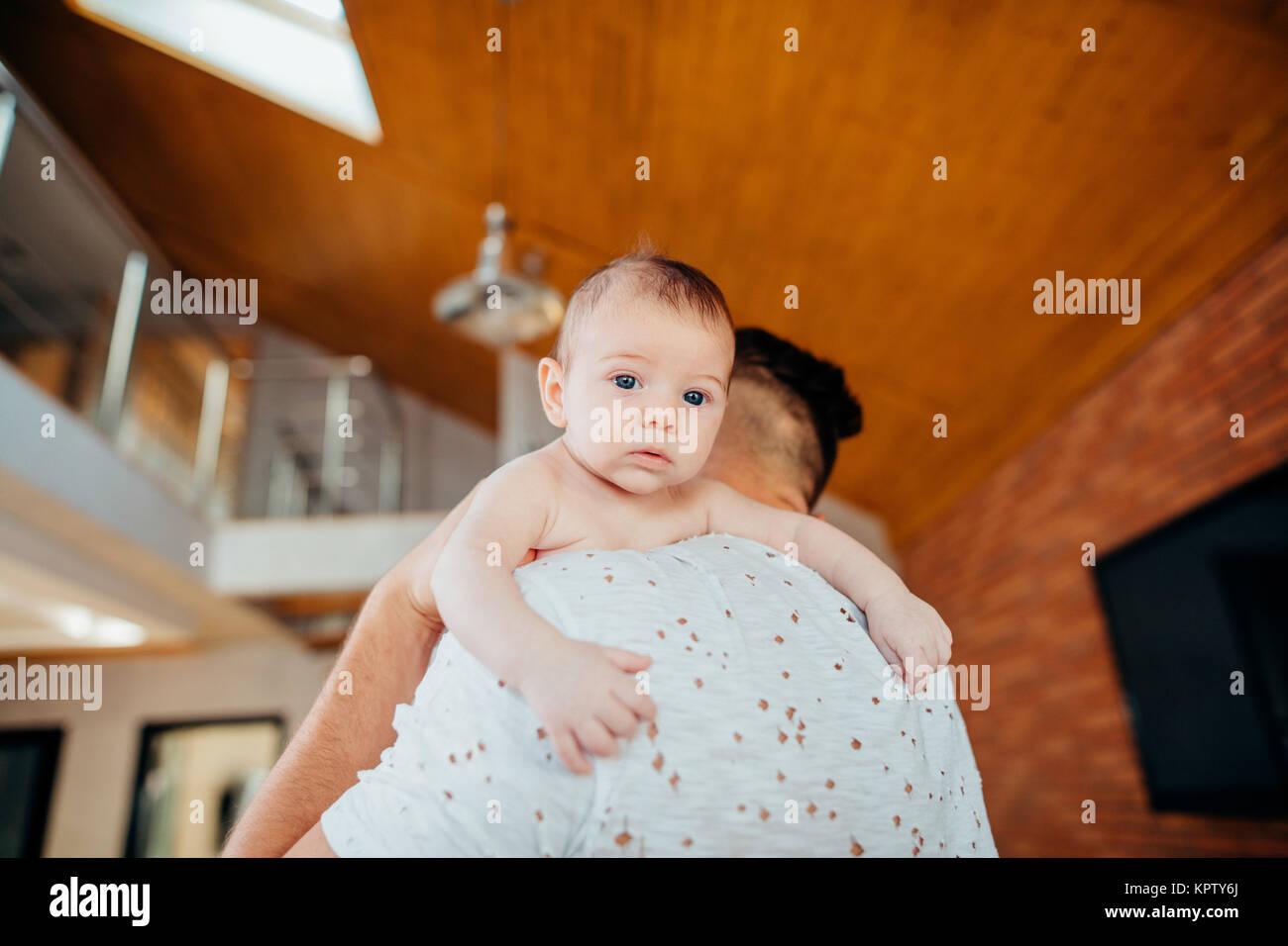 Petit garçon sur l'épaule du père Photo Stock