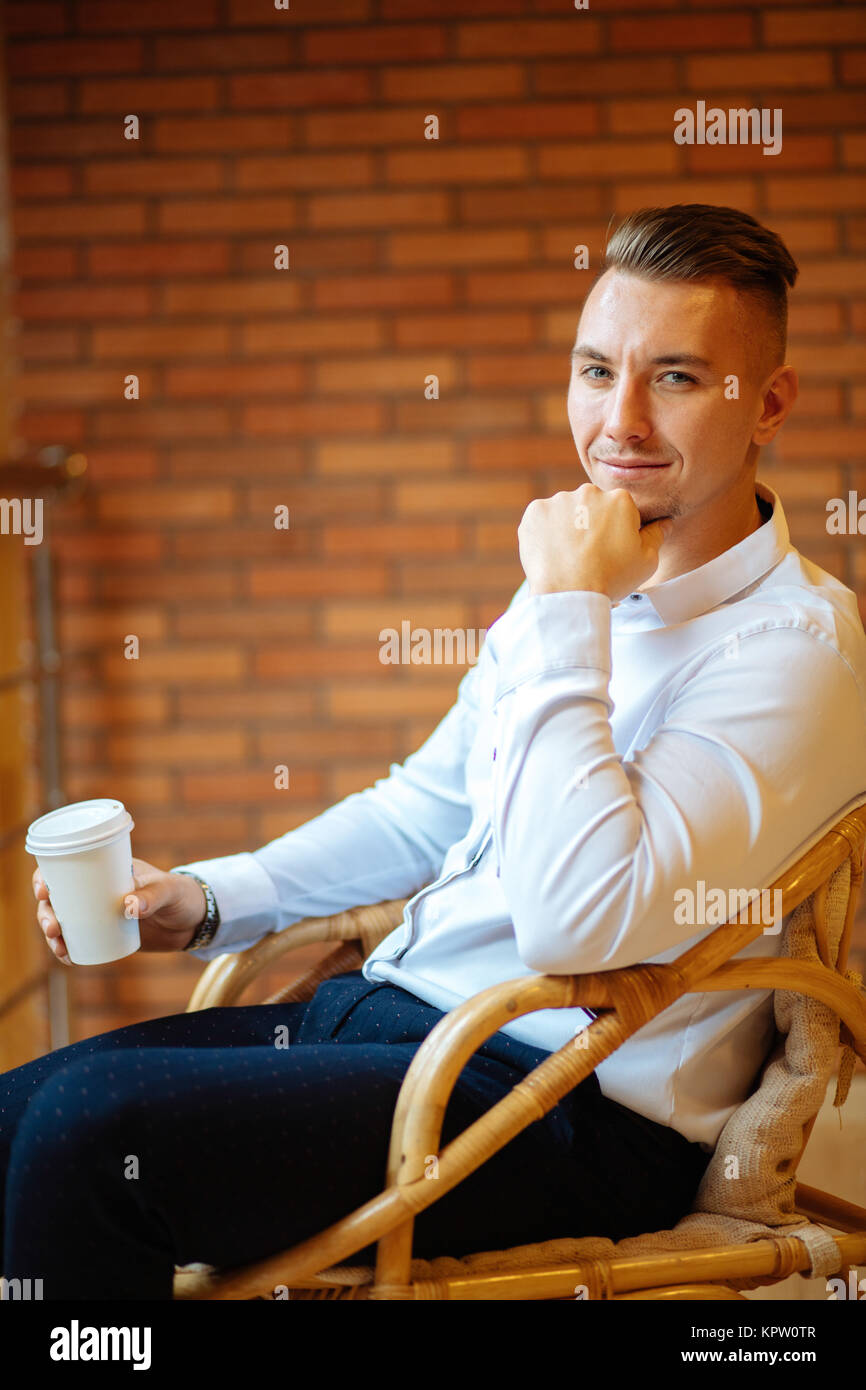 Handsome businessman drinking coffee in home et à huis clos Photo Stock