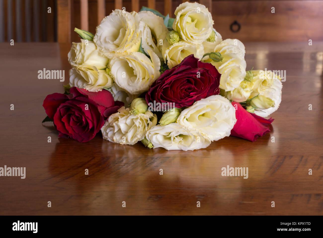 Un bouquet de fleurs roses rouges y compris en fleur et for Commandes fleurs