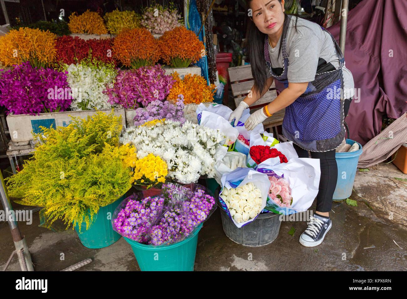 CHIANG MAI, THAÏLANDE - 24 août: femme vend des fleurs sur le marché local le 24 août Photo Stock