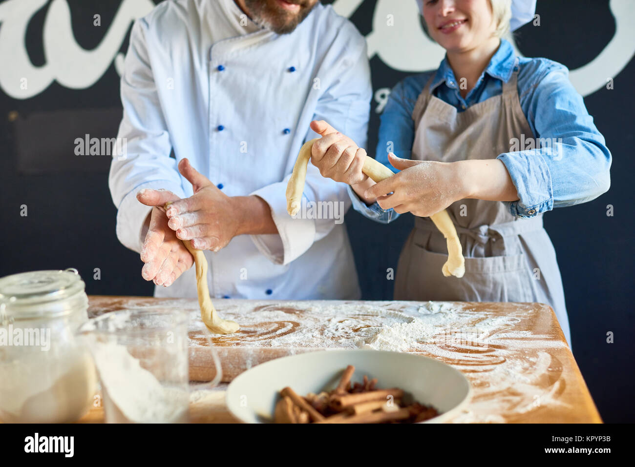 Deux Boulangers Pâtissiers rendant in Cafe Banque D'Images