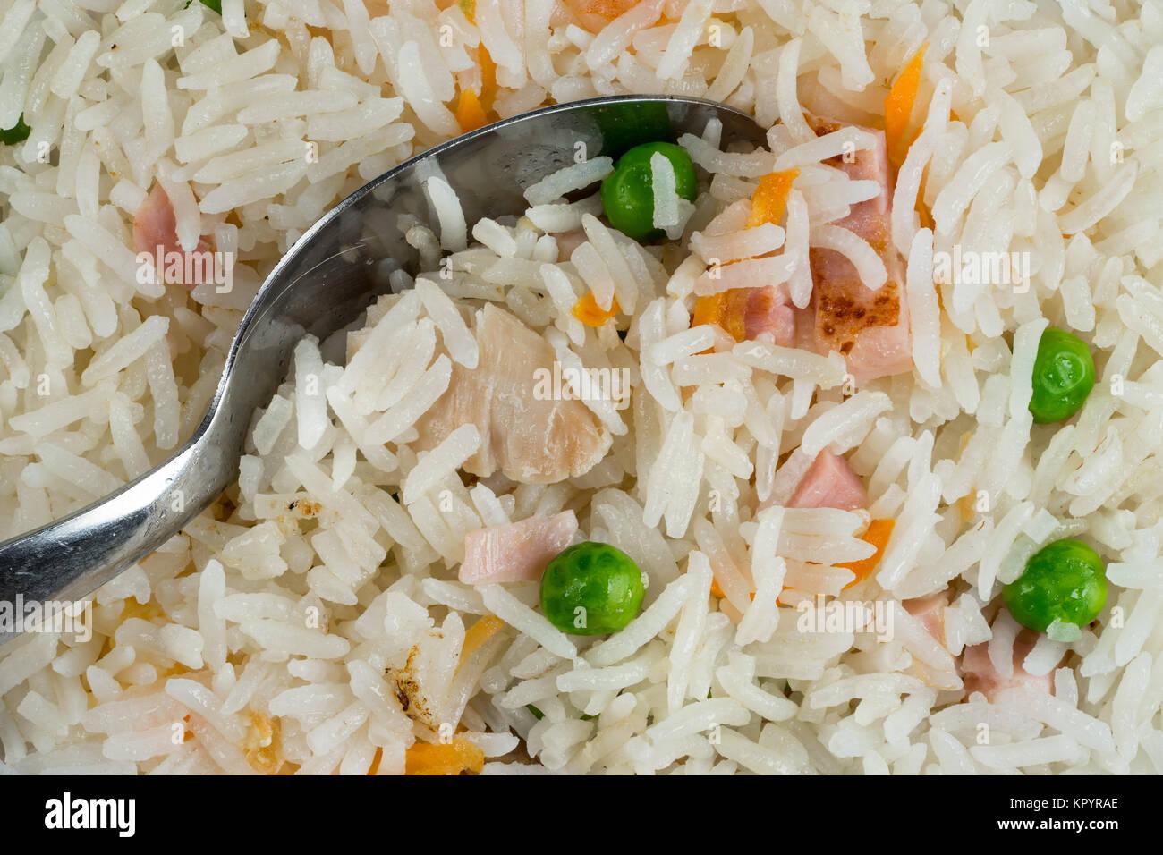 Arrière-plan de repas. Plat de riz oriental avec un mélange de viande, oeuf mollet, légumes frais Photo Stock