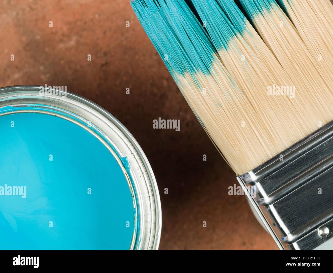 Ouvrir boîte de ménage bleu brillant Décoration peindre avec un pinceau Banque D'Images