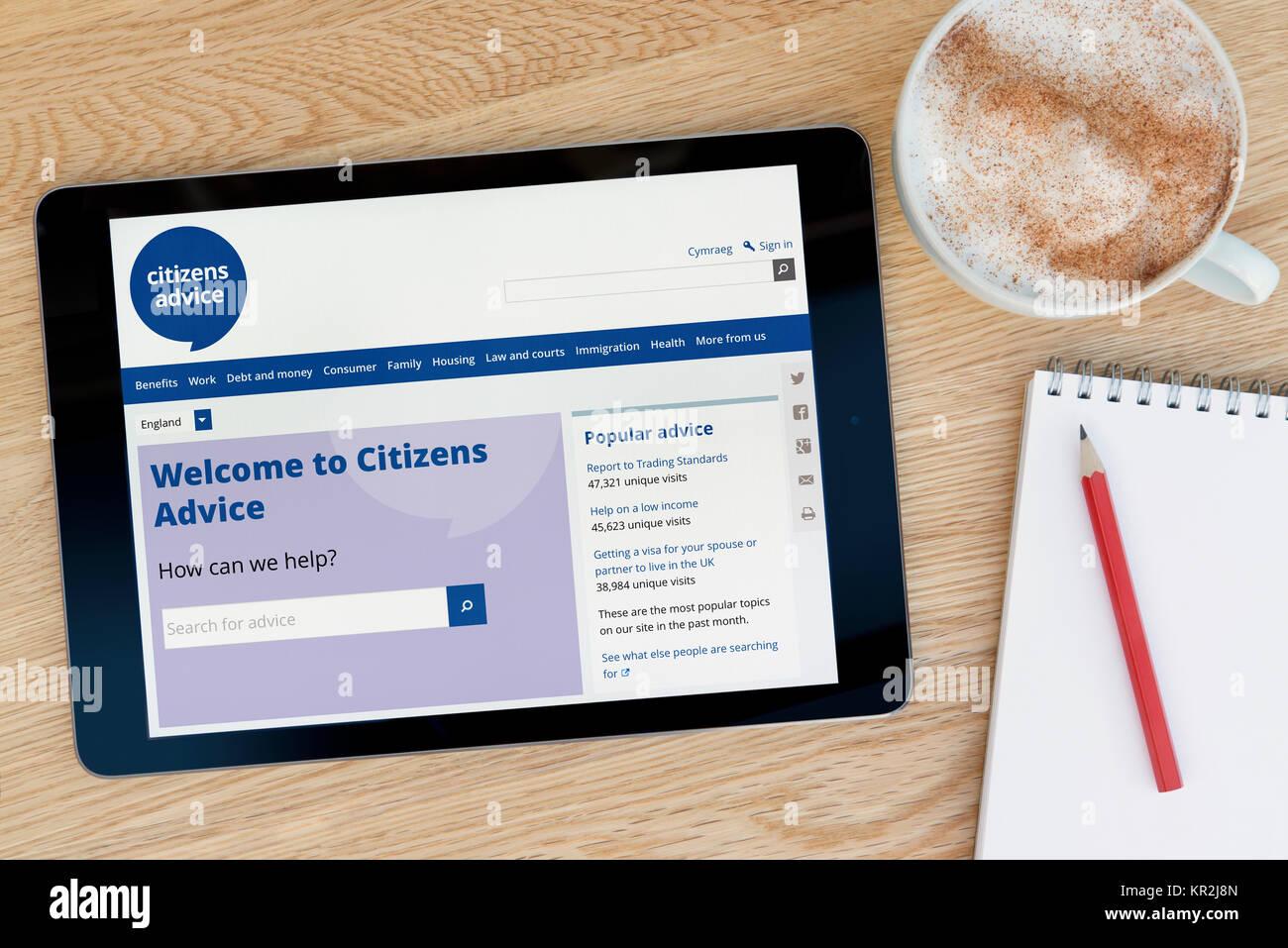 Le site internet de conseil aux citoyens sur un iPad tablet device qui repose sur une table en bois à côté Photo Stock
